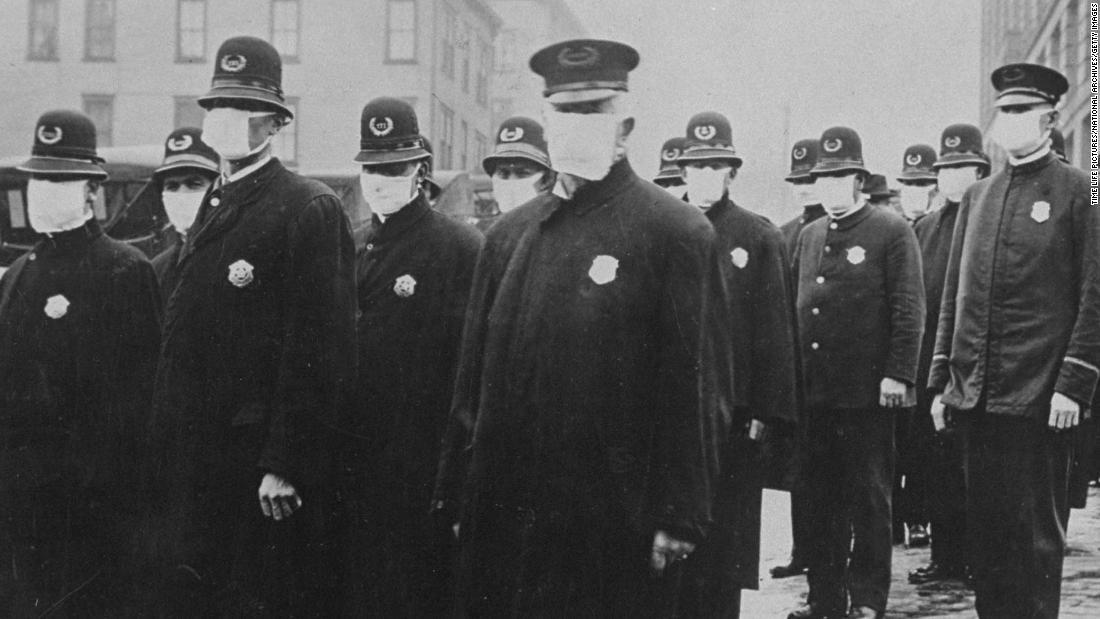 În timpul pandemiei de gripă din 1918, purtarea unei măști a fost ilegală în unele părți din America. Ce s-a schimbat?