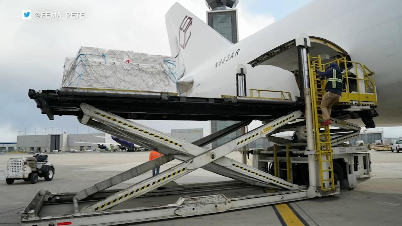 Actualizare coronavirus: FEMA și Project Airbridge livrează 62 de milioane de mănuși PPE către O'Hare pentru distribuirea către hotspoturi din toată țara