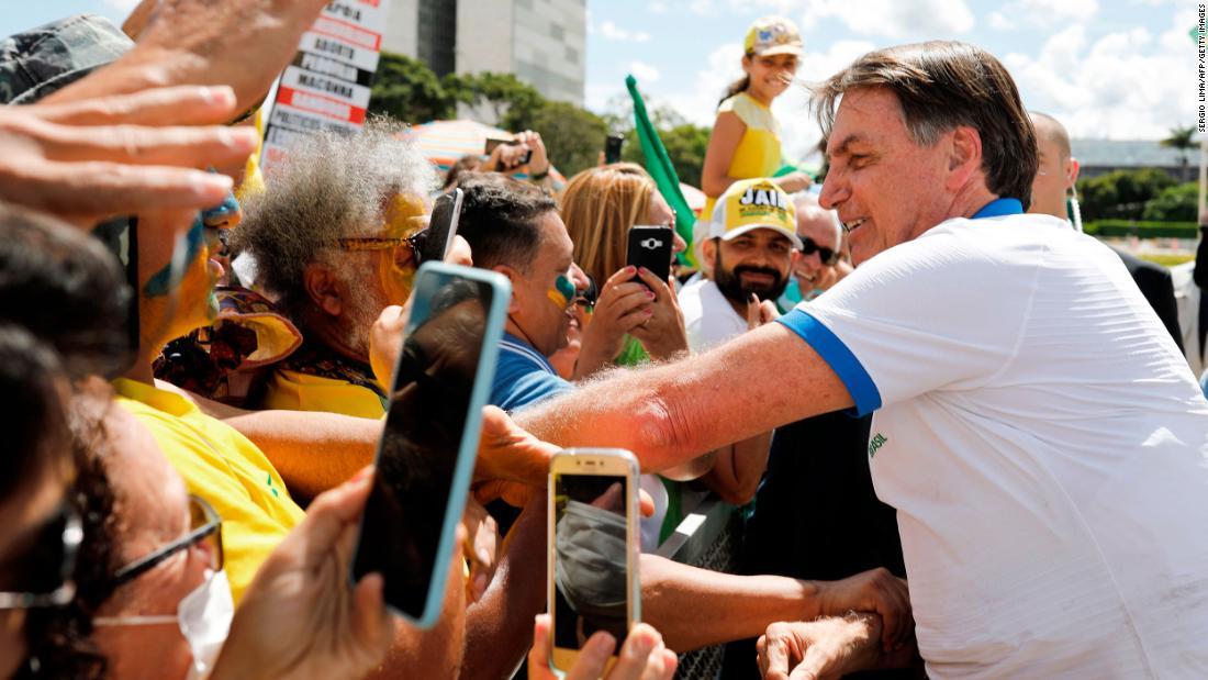 Brazilia are primul deces din cauza coronavirusului, deoarece Bolsonaro numește isteria măsurilor preventive