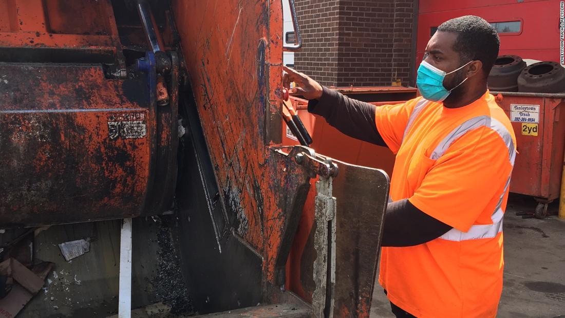 Colectorii de deșeuri copleșiți de cantitatea din ce în ce mai mare de deșeuri menajere