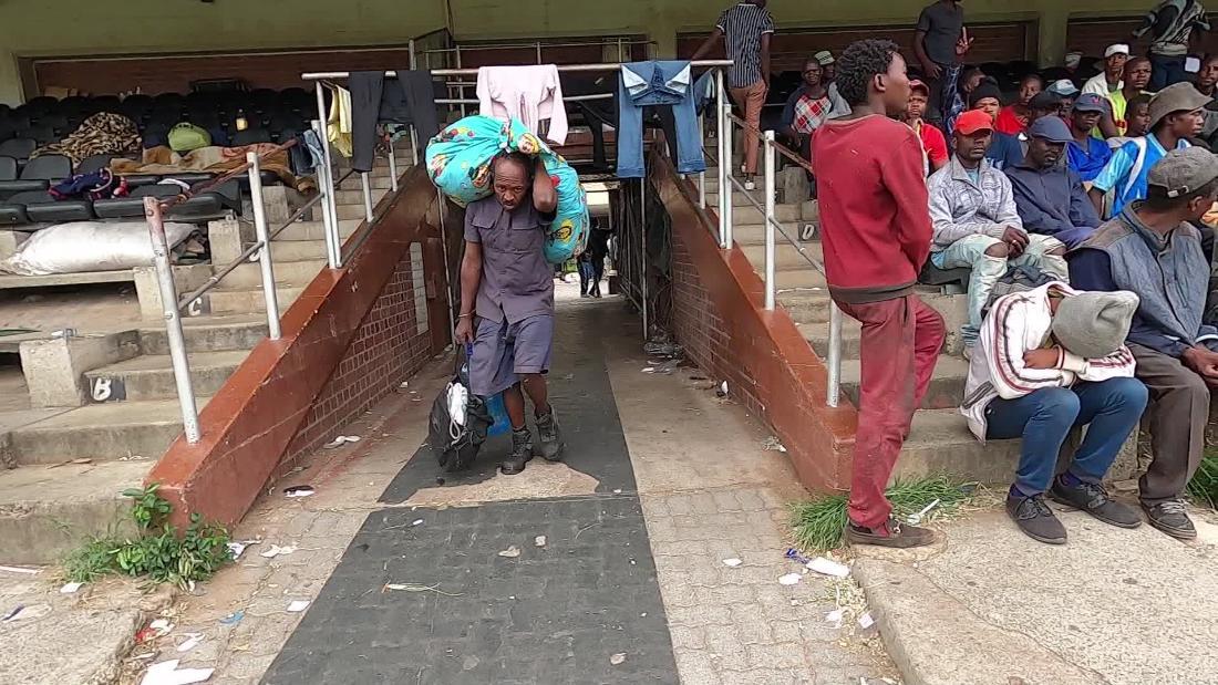 Coronavirus în Africa de Sud: Oamenii fără adăpost s-au adunat pe un stadion de sport, în timp ce pandemia îi separă pe bogați de săraci