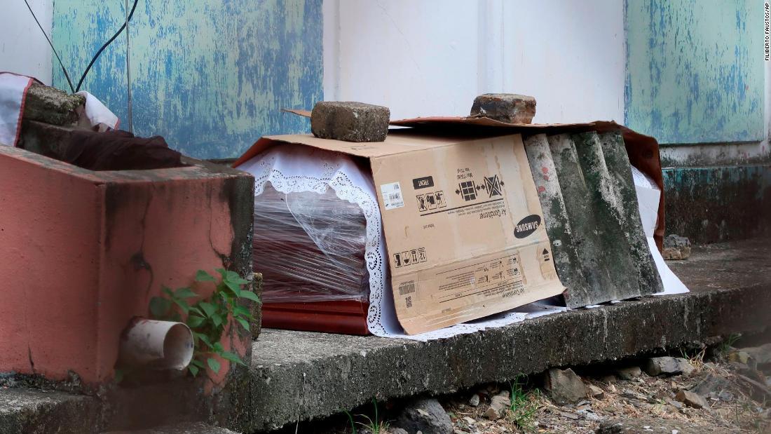 Coronavirus Ecuador: Trupurile sunt lăsate pe străzile unui oraș aglomerat
