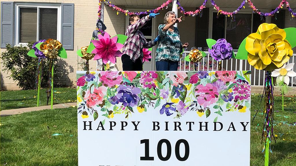 """Familia găzduiește o """"Parading Cars Singing"""" pentru aniversarea a 100 de ani de la infirmiera Pearl Harbor din Mt. Liban - CBS Pittsburgh"""