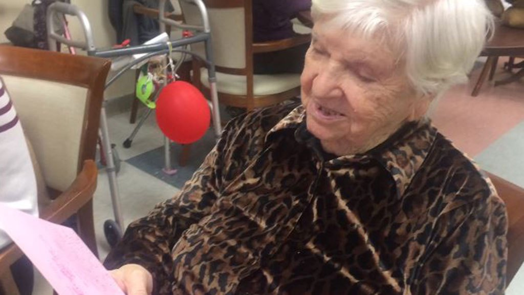 """Femeia în vârstă de 102 ani contestă șansele de a bate COVID-19, medicul numește recuperare """"miraculoasă"""" - CBS New York"""
