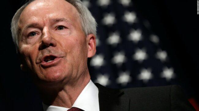 """Guvernatorul Arkansas apără comenzile de ședere la domiciliu la nivel național ca """"succes"""""""