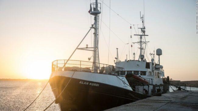 Italia închide porturile pentru salvarea navelor, vizând migranții