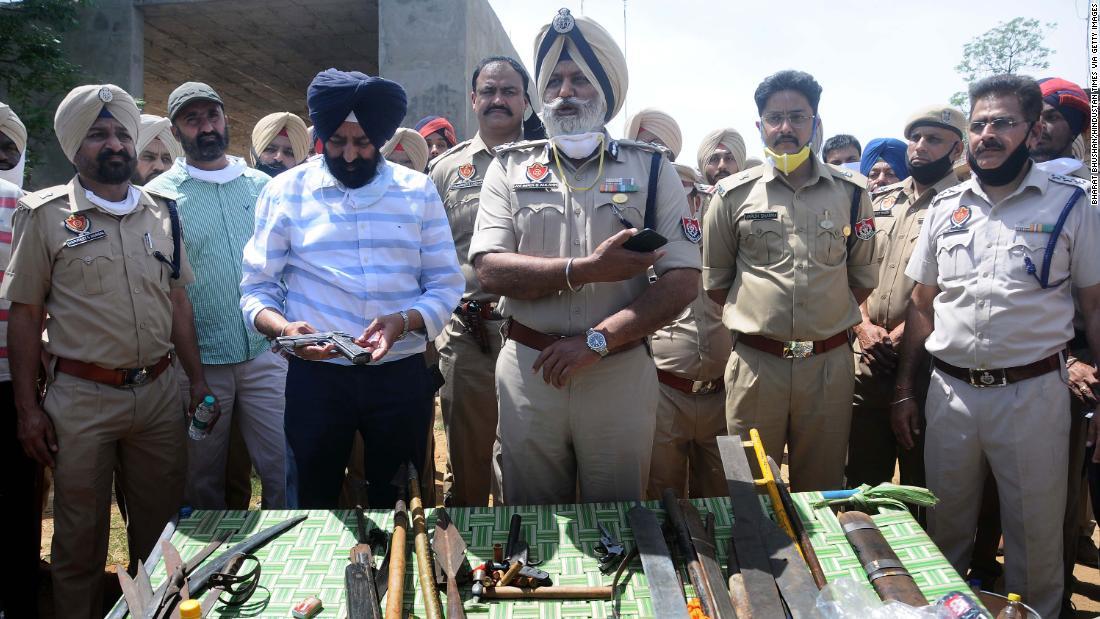 Mâna ofițerului de poliție indian a tăiat în timpul atacului cu sabia în timpul blocării coronavirusului