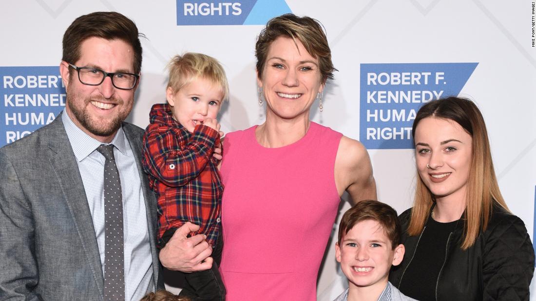 Nepoata lui Robert Kennedy: mii de oameni se adună pentru a-și aminti de Maeve Kennedy Townsend McKean și fiul ei