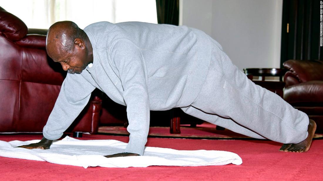 Președintele Ugandei, Yoweri Museveni, lansează videoclipuri de instruire în interior pentru a ține cetățenii acasă