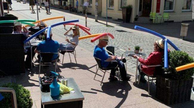 Cafeneaua germană le spune clienților să poarte tăiței pentru piscină pentru a consolida distanțarea socială