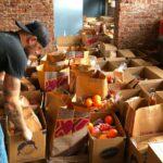 Pe măsură ce restaurantele încep să se redeschidă, foștii barmani se hrănesc cu muncitori în serviciile alimentare
