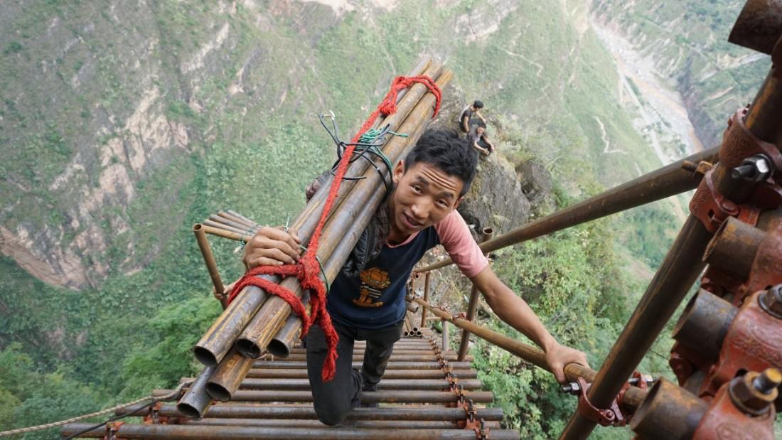 Timp de 200 de ani, sătenii au trăit 2.600 de metri în vârful unei stânci. Acum sunt într-o locuință