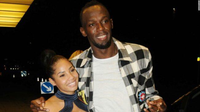 Usain Bolt și partenerul său Kasi Bennett întâmpină o fetiță