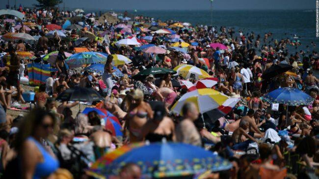 Anglia merge pe plajă și sărbătorește de parcă nu ar exista pandemii