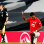 Marcus Rashford ia un genunchi și ridică pumnul în timp ce Manchester United trage