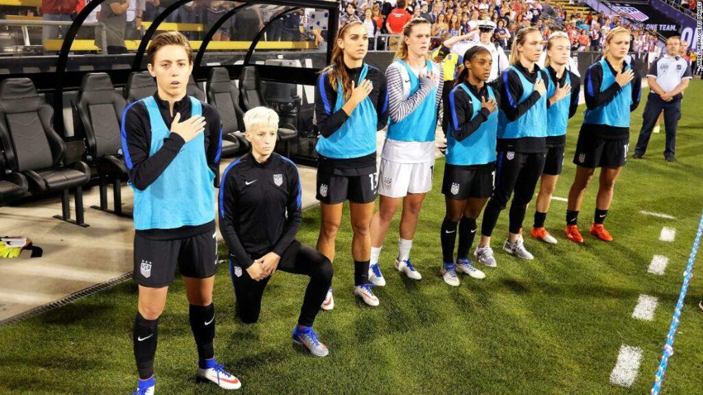 Politica americană a abrogat fotbalul care impunea jucătorilor să apere imnul național