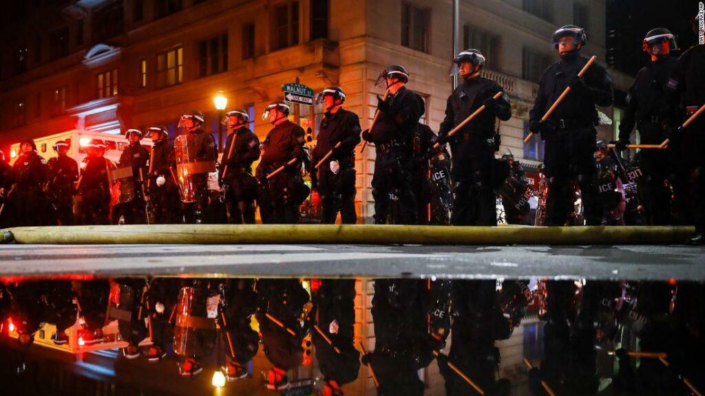 Procurorii îl acuză pe inspector de poliție în locul protestatarului după ce au examinat videoclipurile