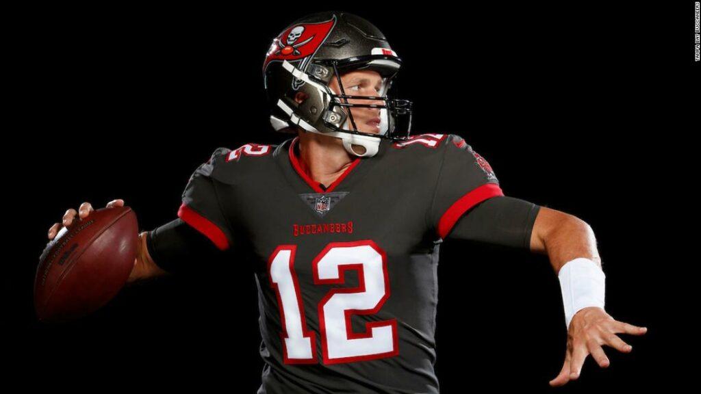 Tom Brady: Buccaneers dezvăluie primele fotografii ale lui Brady în noua sa uniformă