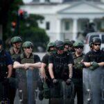 Unii ofițeri de ordine la proteste nu au ecusoane, iar alții le sunt acoperite. Oficialii spun că este inacceptabil