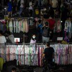 Vânzătorii de stradă pot salva China de o criză a ocupării forței de muncă? Beijingul pare împărțit