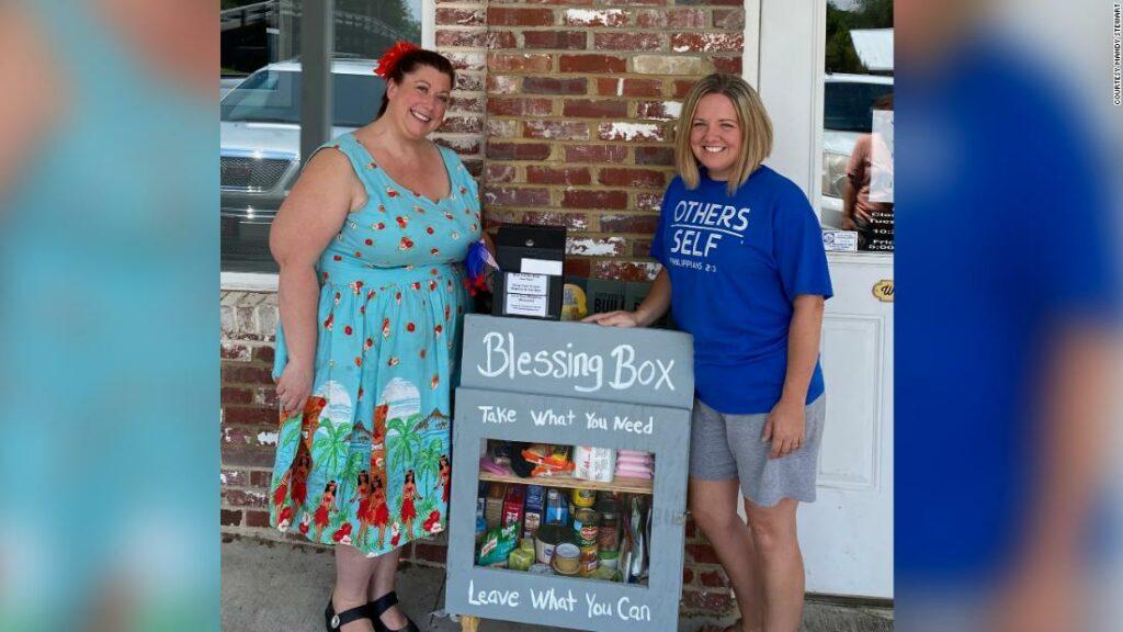 """Această """" cutie de binecuvântare '' răspunde rugăciunilor oferind mâncare, necesități și speranță într-o comunitate mică din Georgia"""