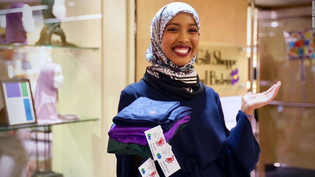 Ea ajută lucrătorii din domeniul sănătății în timpul pandemiei prin reproiectarea hijab-ului