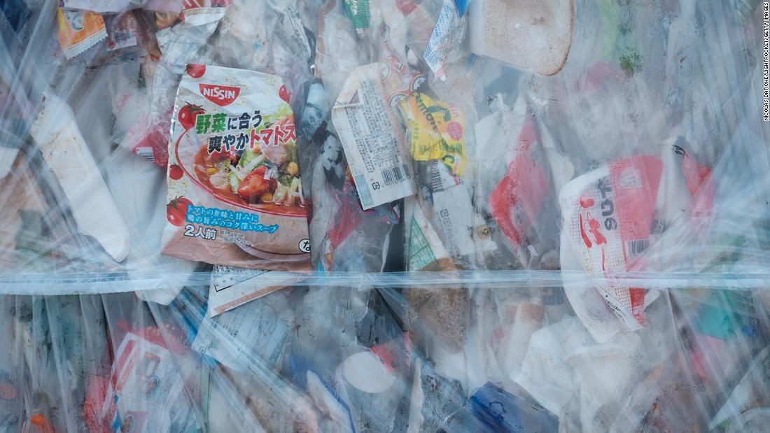 Japonia tocmai a anunțat taxele pentru pungi de plastic. Dar asta va opri obsesia lui pentru plastic?