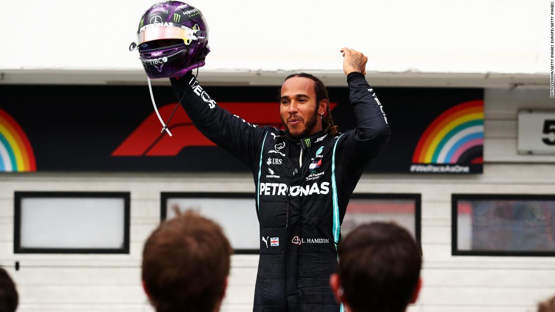 Lewis Hamilton ajunge la victoria GP-ului Ungariei, cu Max Verstappen al doilea după prăbușire
